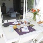 villasoccitanes petit déjeuner sur la terrasse