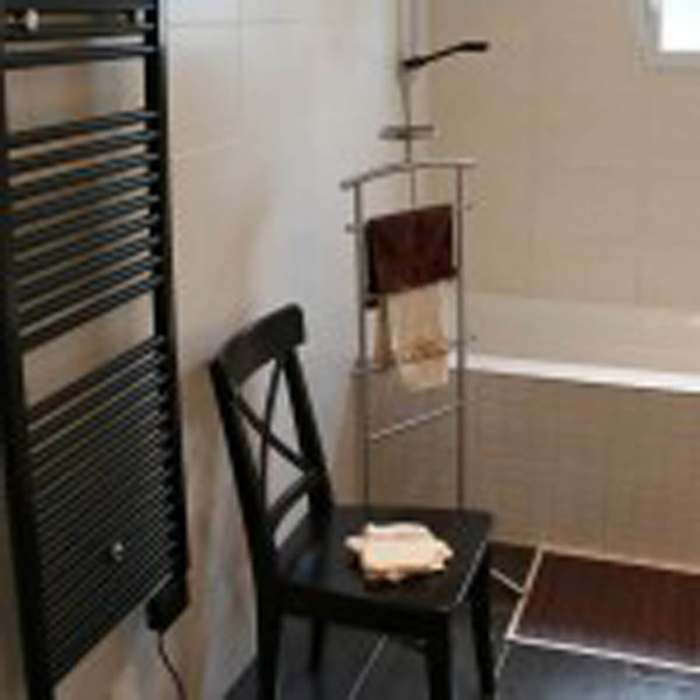 villasoccitanes les Cayrous salle de bain équipée dune baignoire