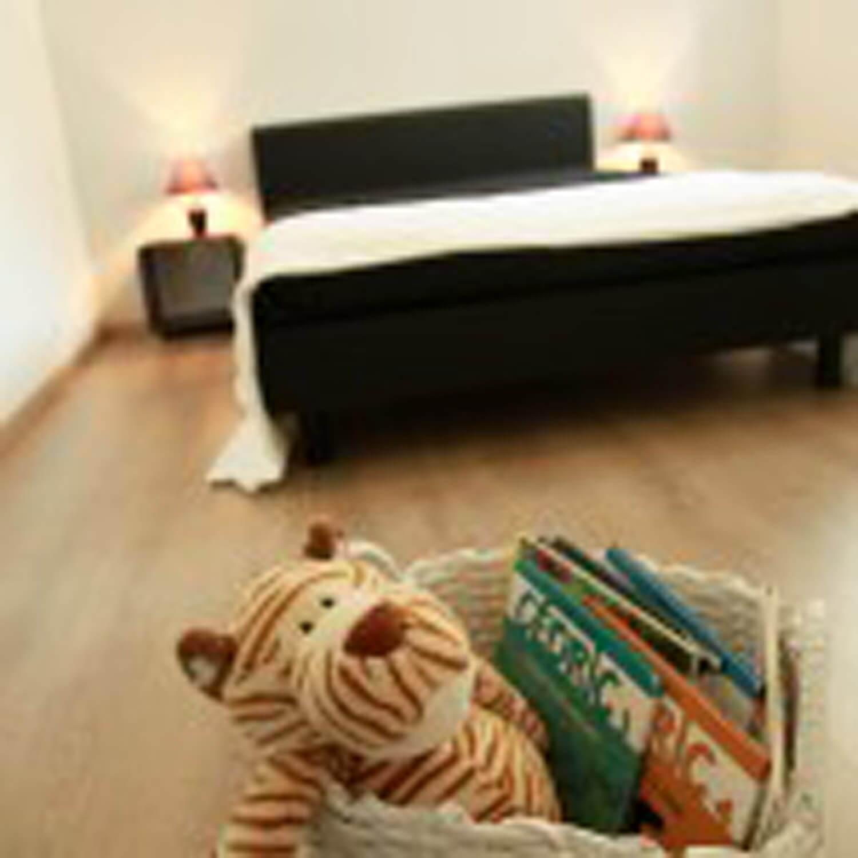villasoccitanes Cayrous chambre équipée d'un lit en 140 ton noire et blanc