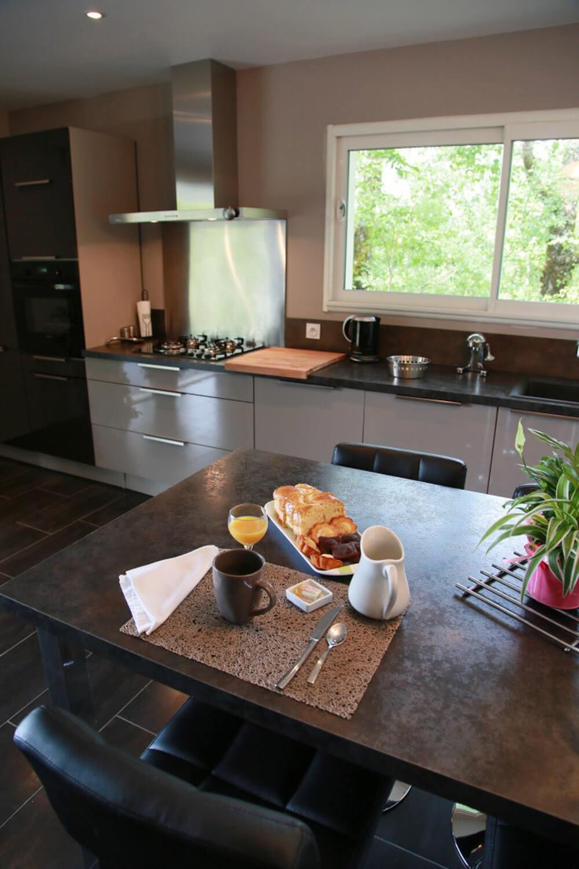 villasoccitanes les cayrous la cuisine équipée et sa table haute