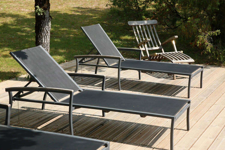 villasoccitanes les chênes terrasse bord piscine équipée de chaises longues