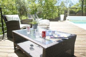 villasoccitanes laviste le salon détente sur la terrasse  extérieure niveau piscine
