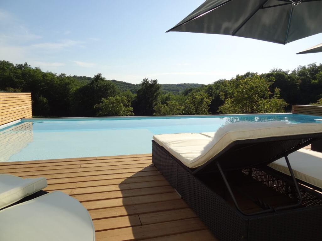 villasoccitanes Estève piscine chauffée avec bain à remous avec belle vue
