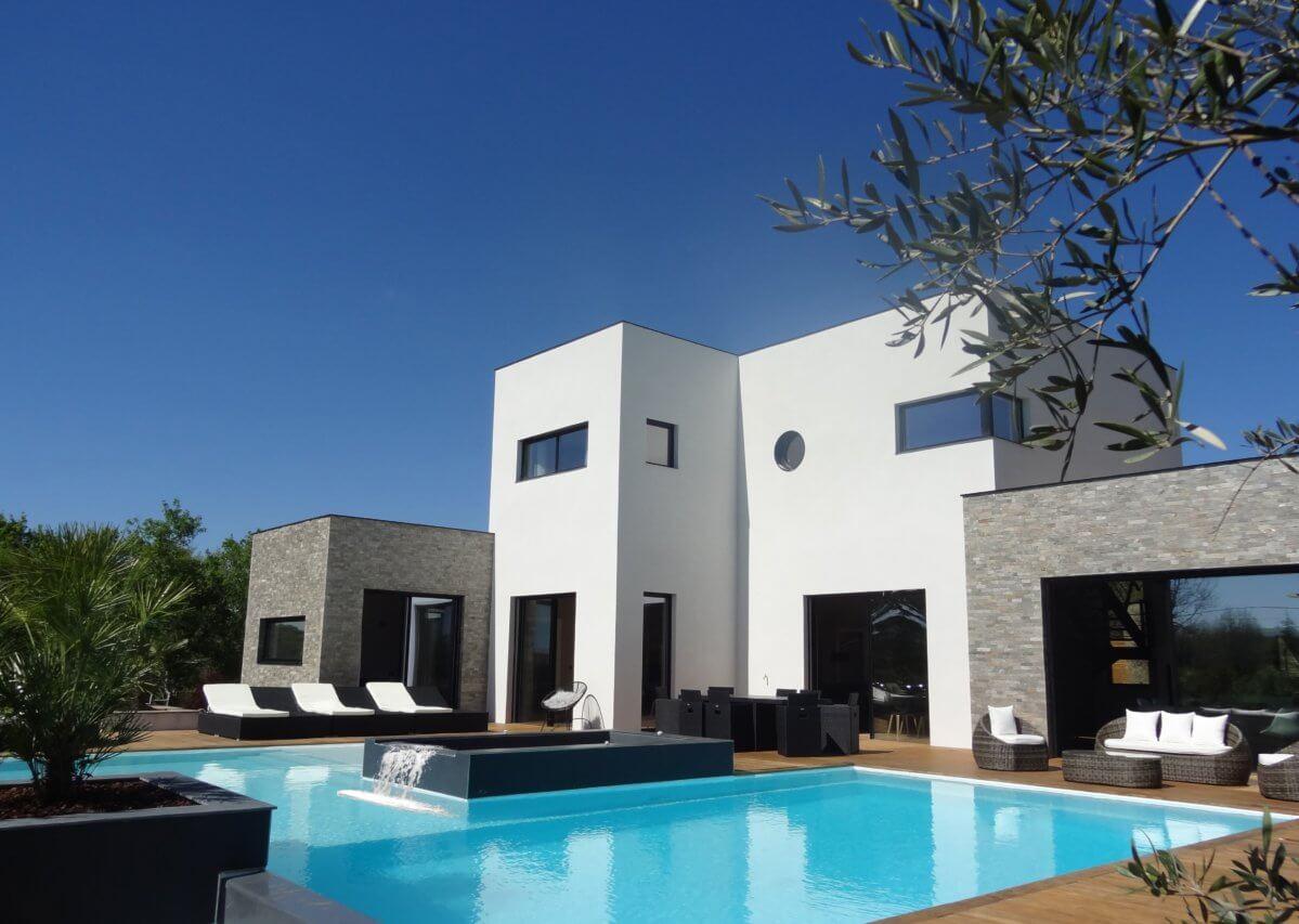 Vue de face avec terrasse et piscine