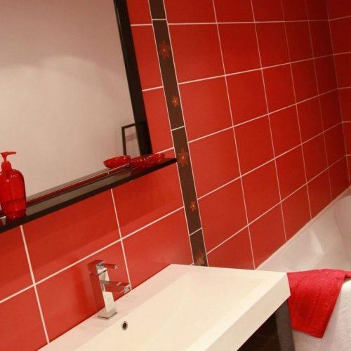 villasoccitanes les buis salle de bain équipée d'une baignoire