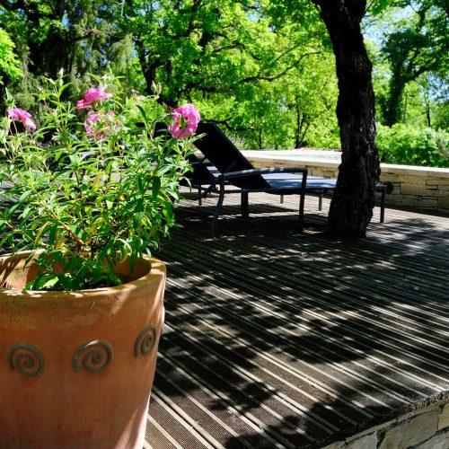 villasoccitanes les chênes jardin et terrasse ombragée