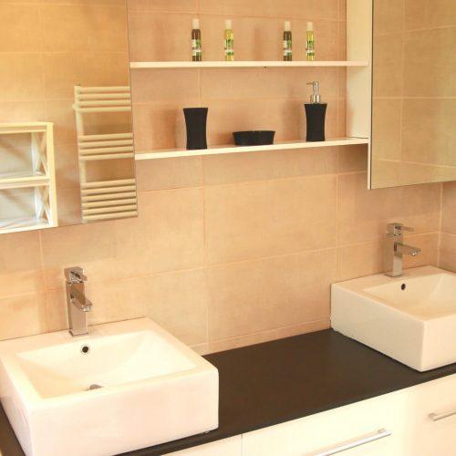 villasoccitanes salle de bain équipée d'une baignoire