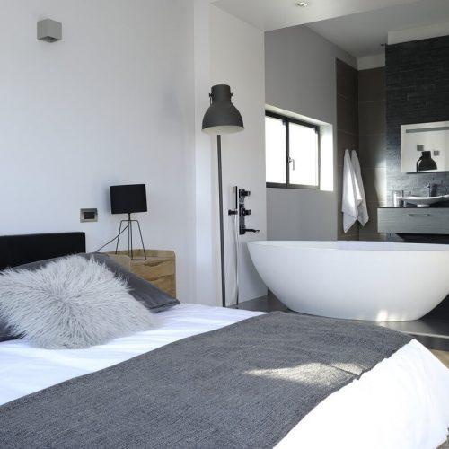 chambre et salle de bains villa day cayou, cahors, france